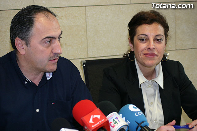 José Antonio Valverde and Trini Cayuela realize the agreements reached at a meeting of government