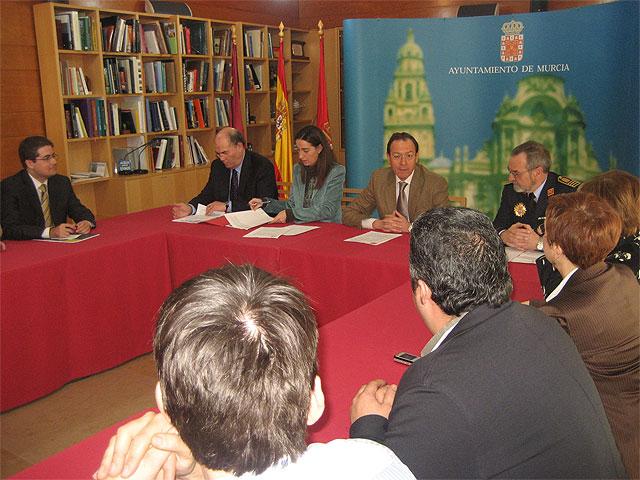 El Alcalde presenta una campaña diseñada para incrementar la seguridad en los comercios de barrios y pedanías - 2, Foto 2