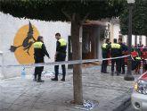 Agentes de la Policía Local intervienen con un individuo que se quema a lo bonzo en un bar de  la C/ Mayor de Alcantarilla