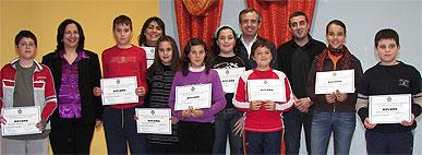 Entrega de diplomas de participación a los escolares que formaron parte de un pleno