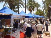 El Mercado Artesanal del Mar Menor lleva el domingo a La Ribera una demostración de decoración de vidrio