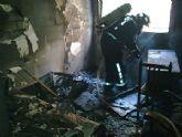 Agentes de la Policía Local de Alcantarilla proceden al desalojo de un edificio tras producirse un incendio en una vivienda de la C/ Ánimas