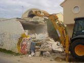 El ayuntamiento de San Javier derriba un transformador eléctrico  que invadía un carril de la Gran Vía de La Manga