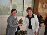 La concejalía de Mujer sorprendió esta mañana a las mujeres del municipio con una entrega pública de plantas para celebrar el 8 de marzo