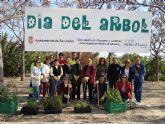 Las concejalías de Medio Ambiente y,  Parques y Jardines celebra con un grupo de voluntarios del Banco del Tiempo el Día del Árbol con una plantación