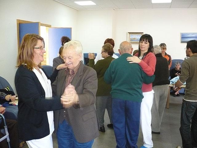 El Centro de Estancias Diurnas realiza un Taller de Musicoterapia con la visita de un popular cantautor, Foto 1