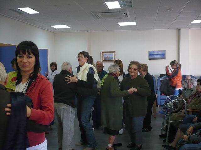 El Centro de Estancias Diurnas realiza un Taller de Musicoterapia con la visita de un popular cantautor, Foto 2