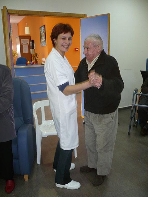 El Centro de Estancias Diurnas realiza un Taller de Musicoterapia con la visita de un popular cantautor, Foto 3