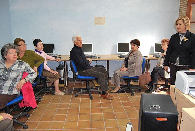 Se clausura el curso de iniciación al manejo del ordenador e Internet para mayores y tras el éxito del mismo comienza otro que se desarrollará en dos convocatorias, Foto 4