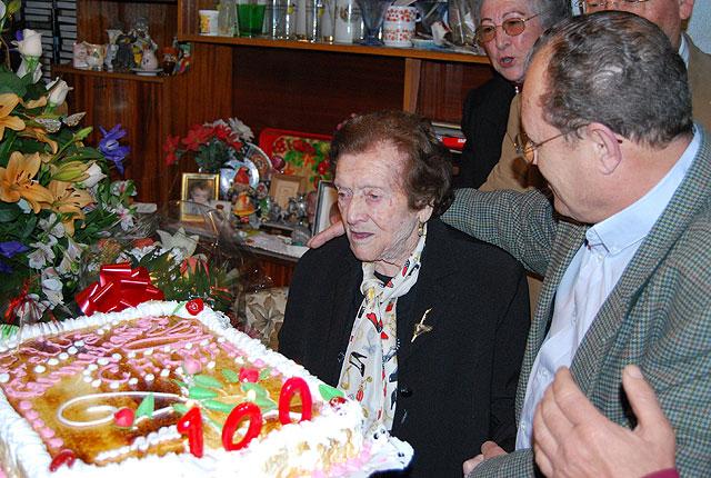 El alcalde y la edil de Mayores felicitan a una vecina por su 100 cumpleaños, Foto 1