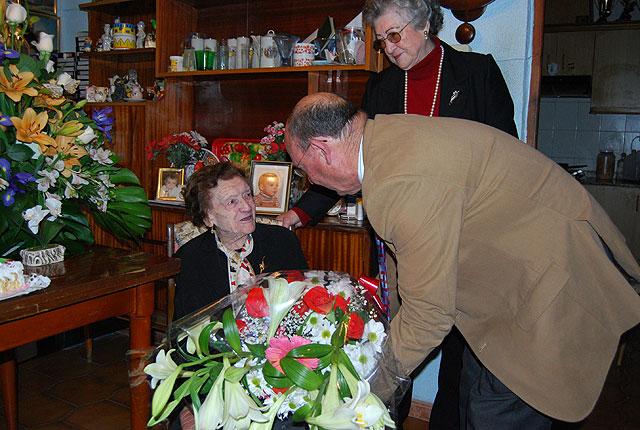 El alcalde y la edil de Mayores felicitan a una vecina por su 100 cumpleaños, Foto 2