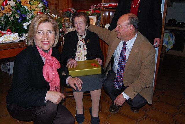 El alcalde y la edil de Mayores felicitan a una vecina por su 100 cumpleaños, Foto 3
