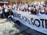 Los vecinos de Beniel cortan las vías del tren por donde pasará el AVE