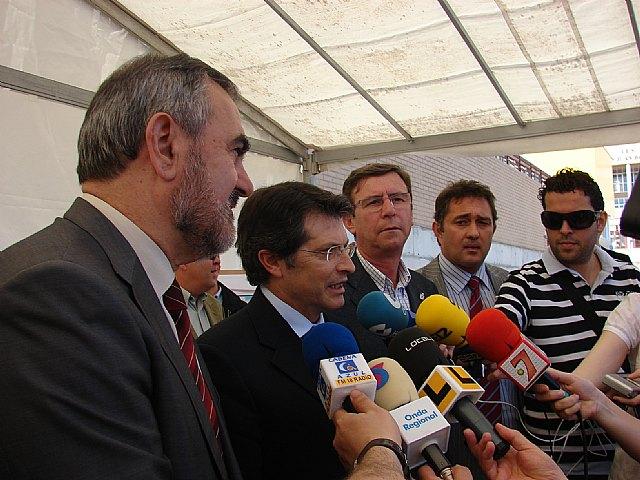 González Tovar y Francisco Jódar ponen la primera piedra de la nueva piscina municipal de Lorca, financiada por el Fondo Estatal de Inversión Local - 1, Foto 1