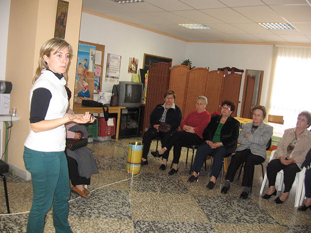 """Imparten una charla sobre """"Pautas saludables y cómo llevar una buen alimentación"""" a la Asociación de Amas de Casa y usuarios de las Tres Avemarías - 2, Foto 2"""