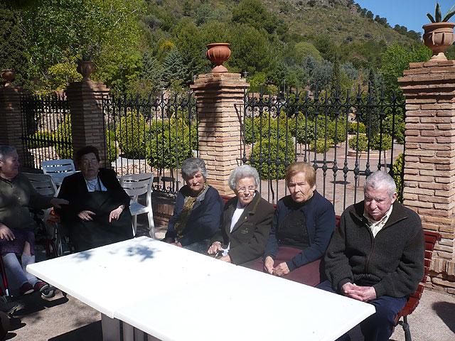 Los usuarios del Centro de Estancias Diurnas de Alhama realizan una visita a la Santa de Totana, Foto 1