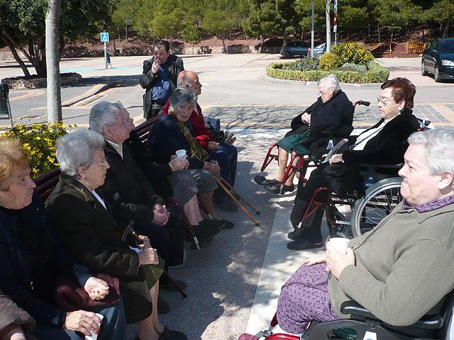 Los usuarios del Centro de Estancias Diurnas de Alhama realizan una visita a la Santa de Totana, Foto 2