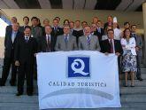 El director general de Promoción Turística entrega la Q de calidad al hotel Thalasia