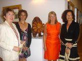 La escultora canaria Pegé inaugura una exposición de obras en madera en el aeropuerto de San Javier