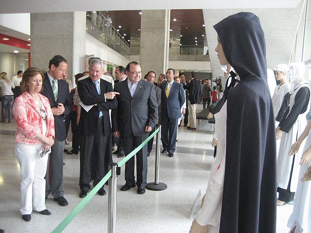 """Una escultura de """"Homenaje a la Enfermería"""" preside desde hoy el acceso al Hospital Reina Sofía - 2, Foto 2"""