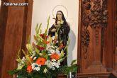 Autoridades municipales y trabajadores del Ayuntamiento realizan una ofrenda floral a su patrona Santa Rita en la iglesia parroquial de Santiago