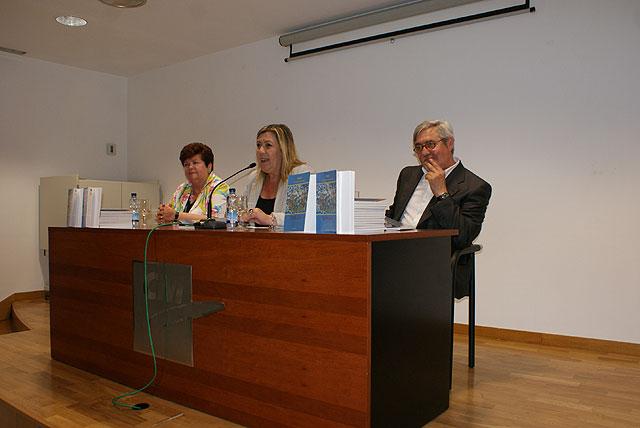 La escritora Mª Concepción Pérez Carrión presentó su libro de poesía 'Semillas' - 1, Foto 1