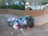 El Ayuntamiento de los Alcazares modifica los puntos de recogida de basura y consiente que quede tirada varios días en aceras y calles, según UPyD