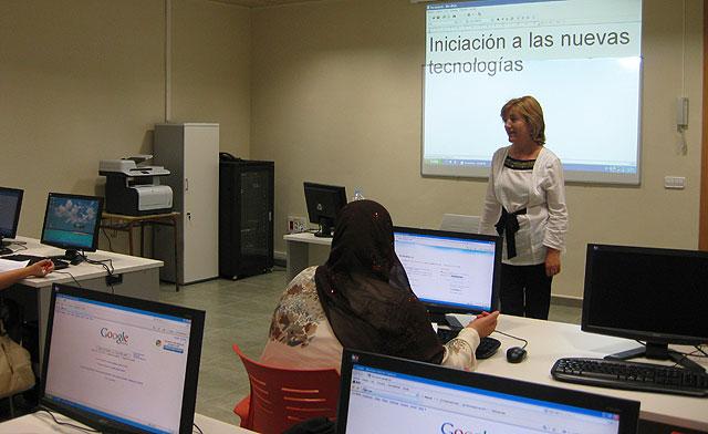 El Curso de Iniciación a Internet para mujeres se imparte en un Aula Móvil, Foto 2