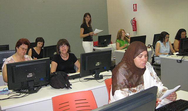 El Curso de Iniciación a Internet para mujeres se imparte en un Aula Móvil, Foto 3