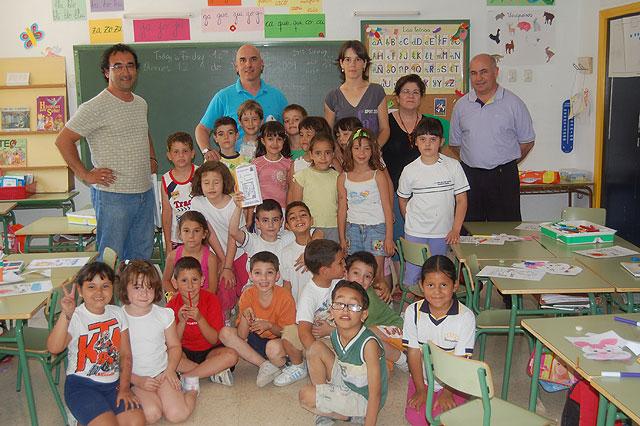 """Los alumnos de 1º de primaria del Colegio Público Ginés Díaz San Cristóbal reciben los libros del programa """"Conoce tu Biblioteca"""", Foto 1"""