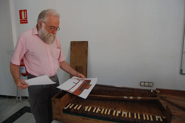 El restaurador suizo André Extermann visita la localidad para revisar el pianoforte de Tadeo Tornel, Foto 1