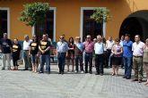 La corporación municipal y los vecinos de Alcantarilla se concentraron en repulsa por el asesinato del inspector de policía Eduardo Antonio Puelles