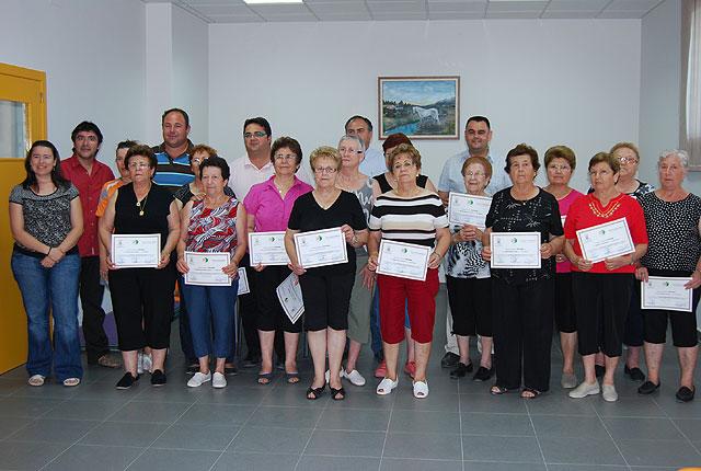The major users of the center receive diplomas Paretón