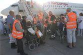 Voluntarios de Protección Civil y Banco del Tiempo asisten a los peregrinos que han viajado a Lourdes desde el aeropuerto de San Javier