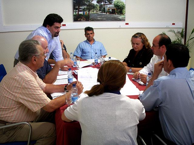 La directora general de Infraestructuras Turísticas, Marina García (3d) y el alcalde de Puerto Lumbreras, Pedro Antonio Sánchez (2d), durante la reunión para la comisión de seguimiento del 'Plan de Dinamización Turística Medina Nogalte' de Puerto Lumbreras, Foto 1