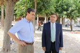 El director general de Vivienda visita las obras de remodelación de la plaza Enrique Tierno Galván de Alguazas