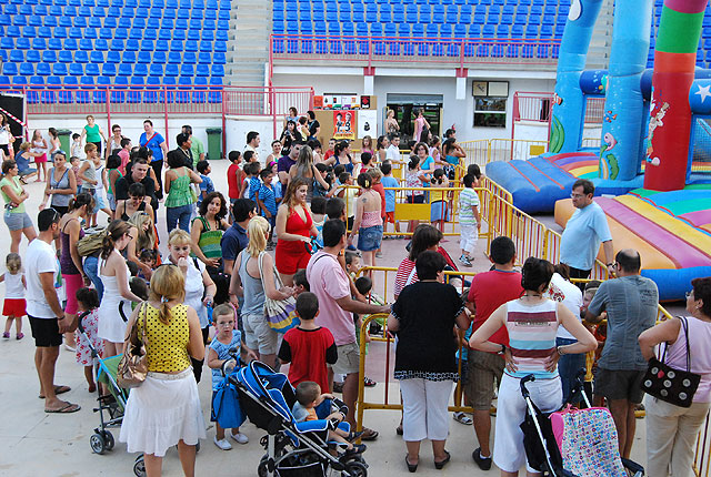 Many children have fun with children's activities and inflatable, Foto 1