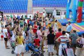 Numerosos niños y niñas se divierten con las actividades infantiles e hinchables