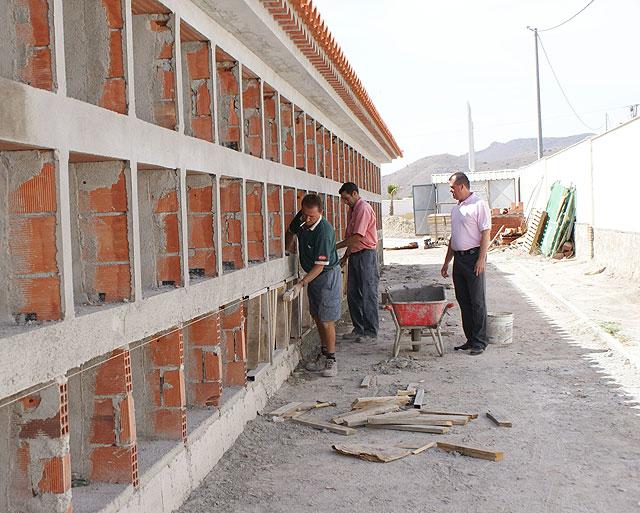 El concejal de Espacios Públicos supervisa las obras en el Cementerio Municipal, Foto 1