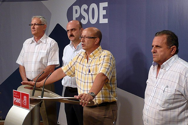 De izquierda a derecha, Joaquín Gómez, vicesecretario general del PSOE de Archena; Juan Pedro López, portavoz del Grupo Municipal Socialista; Atilano Guillén, concejal responsable de Economía, y Francisco Alcolea, concejal, durante la rueda de prensa, Foto 1