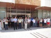 Corporación, funcionarios y vecinos guardan un minuto de silencio frente al Ayuntamiento como repulsa al atentado de ETA
