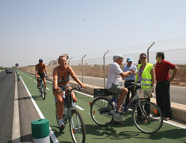 La directora general de Transportes y Puertos (dcha.) visita el nuevo carril bici mientras varios ciclistas circulan por la vía, Foto 1