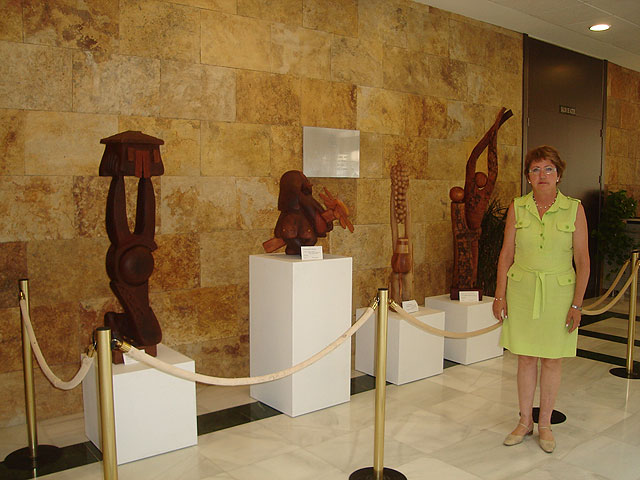 El Ayuntamiento acoge una exposición de esculturas en madera de la artista canaria Pegé , cedida por el Aeropuerto de San Javier - 1, Foto 1