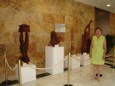 El Ayuntamiento acoge una exposición de esculturas en madera de la artista canaria Pegé , cedida por el Aeropuerto de San Javier