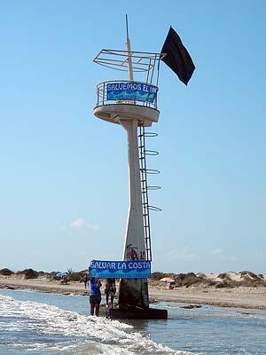 Ecologistas en Acción protesta en la Playa de La Llana colocando una bandera negra - 2, Foto 2
