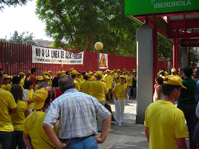 Vecinos y ecologistas protestan contra una línea de alta tensión - 1, Foto 1