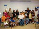 Los participantes del proyecto Integración socioeducativa de menores y jóvenes  en situación o riesgo de exclusión social reciben la visita del concejal de Bienestar Social