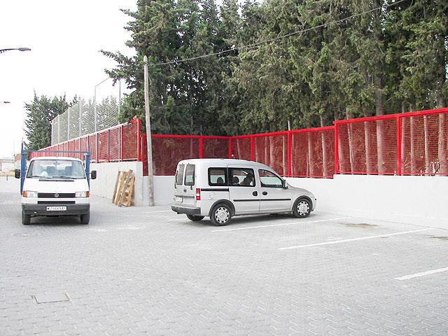 La foto corresponde al colegio público Emilio Candel donde se ha colocado una valla de protección nueva que protege todo el perímetro del centro escolar, Foto 1