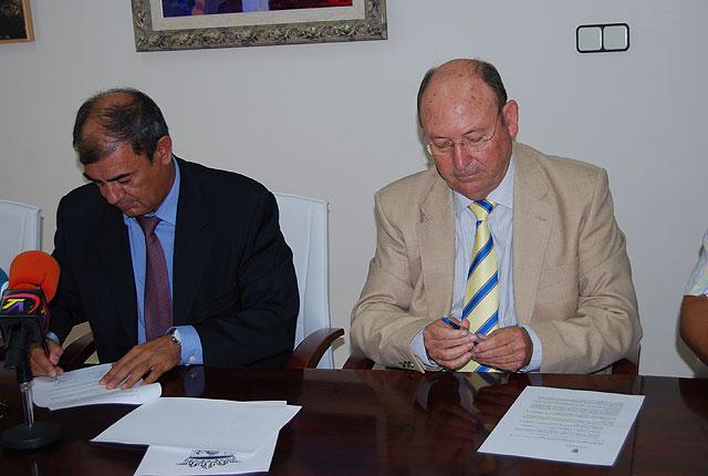 El Ayuntamiento firma un convenio de colaboración con UCOMUR para el fomento del empleo y la economía social en Alhama, Foto 1