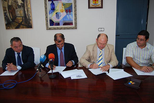 El Ayuntamiento firma un convenio de colaboración con UCOMUR para el fomento del empleo y la economía social en Alhama, Foto 2
